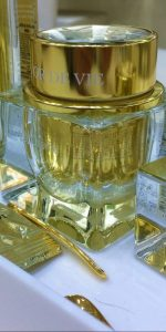 luxueus uitziende cosmetica potjes van glas met gouden deksel